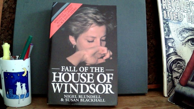 FALL OF THE HOUSE OF WINDSOR. Nigel BLUNDELL, Susan Blackhall.