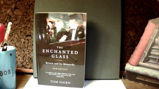 THE ENCHANTED GLASS: Britain and Its Monarchy. Tom NAIRN